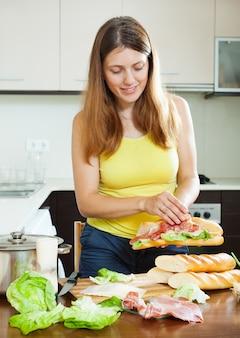 Mädchen, das spanische sandwiche mit hamon kocht