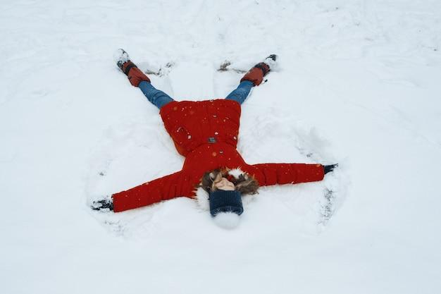 Mädchen, das spaß im schnee hat