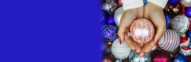 Mädchen, das spielzeuggeschenke des neuen jahres in ihren händen hält. weihnachtskonzept selektiver fokus
