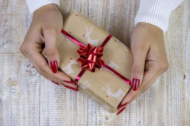 Mädchen, das spielzeuggeschenke des neuen jahres in ihren händen hält. weihnachtskonzept