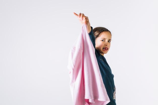 Mädchen, das stinkenden stoff zeigt