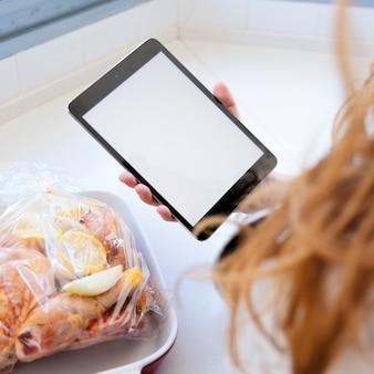 Mädchen, das tablette zeigt