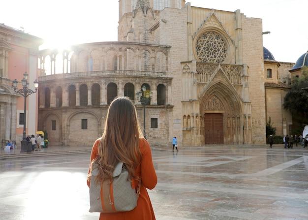 Mädchen, das valencia kathedrale in spanien besucht