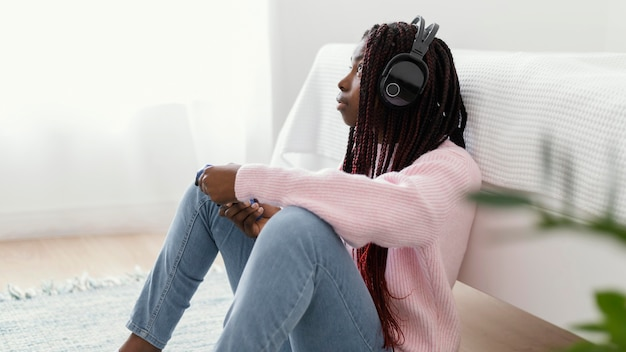 Mädchen, das videospiele mit kopfhörern spielt