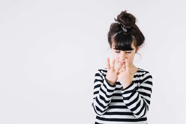 Mädchen, das vier finger zeigt