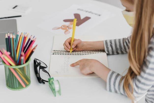 Mädchen, das von online-klassen hohe ansicht lernt
