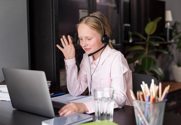 Mädchen, das von zu hause aus am online-unterricht teilnimmt
