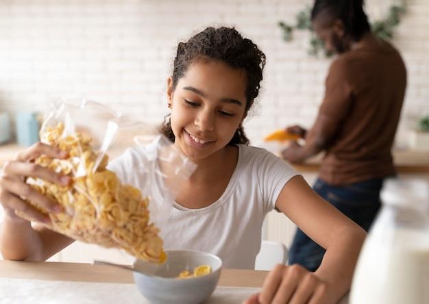 Mädchen, das vor der schule frühstückt