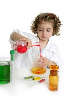 Mädchen, das vortäuscht, doktor im labor zu sein