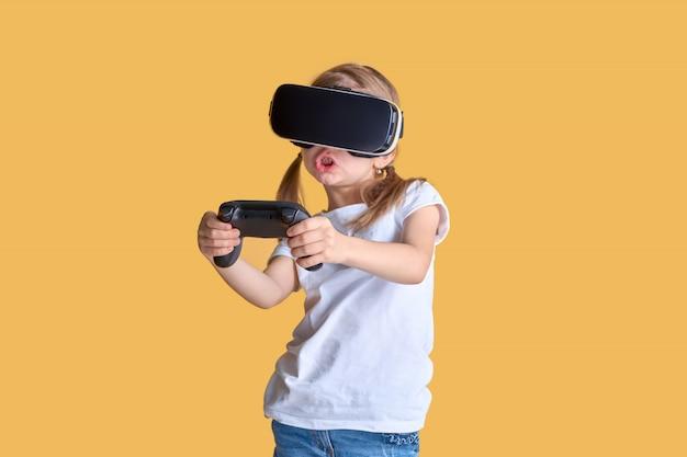 Mädchen, das vr-kopfhörer gegen steuerknüppelspiel erfährt. überraschte gefühle in ihrem gesicht. kind, das ein spielgerät für virtuelle realität verwendet.