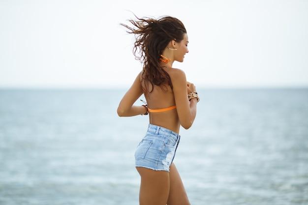 Mädchen, das während der strandsommerferien läuft