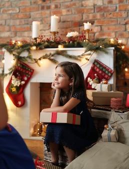 Mädchen, das weihnachtsgeschenk hält