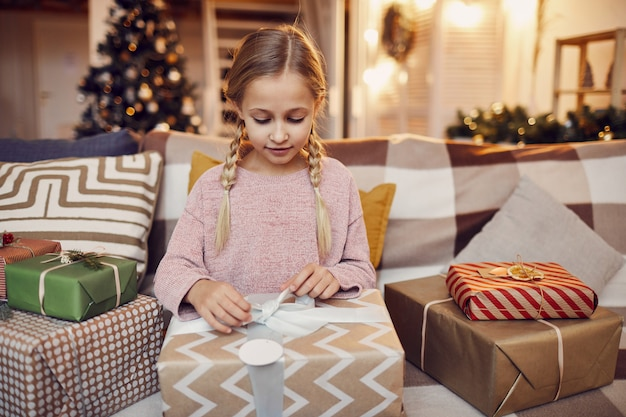 Mädchen, das weihnachtsgeschenke öffnet