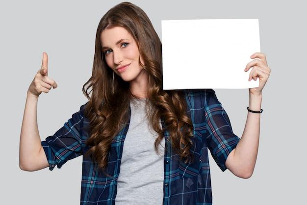 Mädchen, das weiße anschlagtafel anhält
