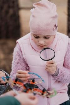 Mädchen, das wissenschaft in der natur lernt