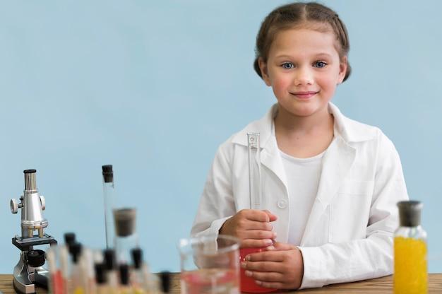Mädchen, das wissenschaftliches experiment macht