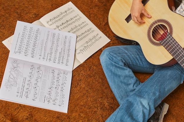 Mädchen, das zu hause gitarre spielt