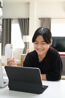 Mädchen, das zu hause tablet-computer verwendet. online-bildungskonzept.