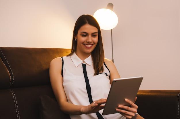 Mädchen, das zu hause tablet-computer verwendet
