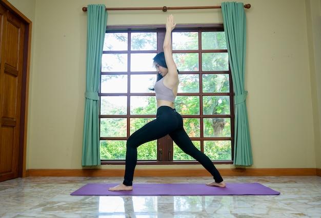 Mädchen, das zu hause trainiert. fitnessfrau, die zu hause trainiert