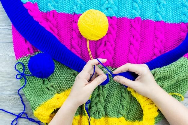 Mädchen decke stricknadeln