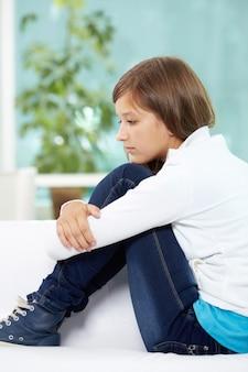 Mädchen denken über ihre probleme