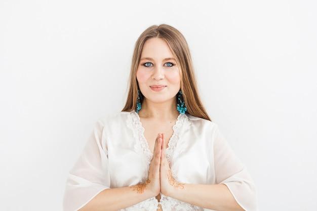 Mädchen des europäischen auftrittes, hennastrauchzeichnung auf händen, mahendi, mädchen in der hellen kleidung, yoga, geistige entwicklung