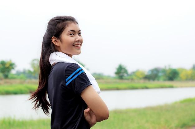 Mädchen des lächelns im park.