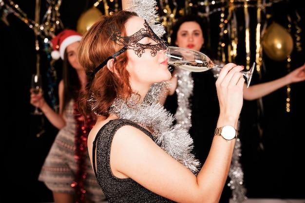 Mädchen, die an der party des neuen jahres 2019 feiern