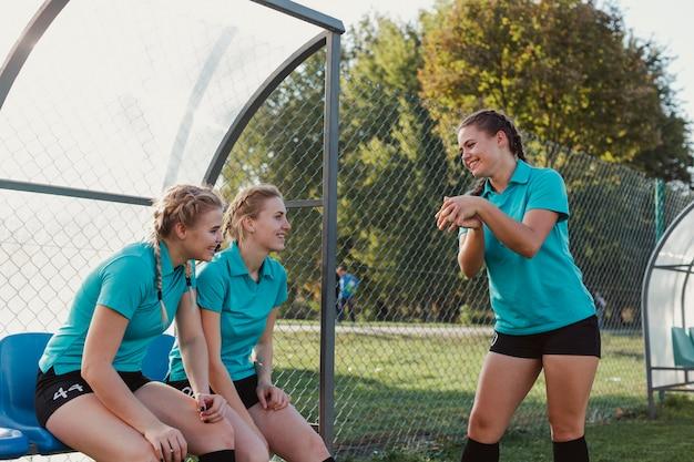 Mädchen, die auf einem teamkollegen aufwärmen schauen