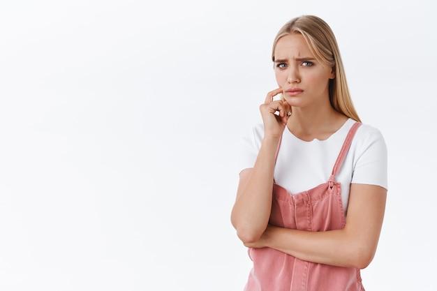 Mädchen, die bedenken und zweifel empfinden, an etwas ärgerliches und aufregendes denken, die stirn runzeln, misstrauisch und skeptisch mit ungläubigem berührungsgesicht, ein ungutes gefühl haben, etwas beunruhigt sie