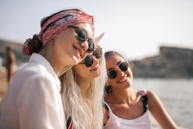 Mädchen, die den strand genießen