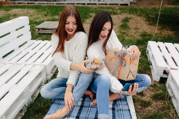 Mädchen, die ein auto-foto mit braunen geschenke