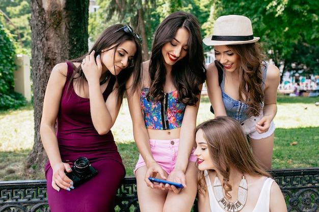 Mädchen, die ein smartphone