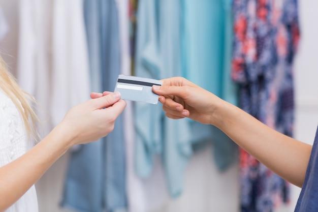 Mädchen, die eine kreditkarte übergeben