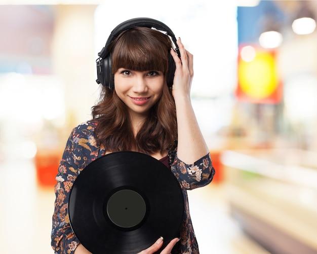 Mädchen, die eine vinyl-schallplatte