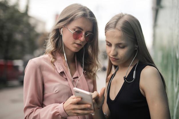 Mädchen, die einen on-line-inhalt überprüfen
