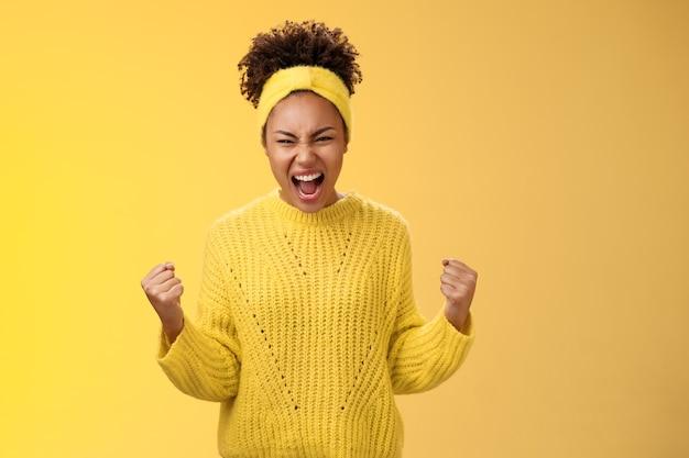 Mädchen, die ermutigen, zu buhen, selbstvertrauen zu schreien, werden alle probleme überwinden, indem sie laute geballte fäuste schreien, bereiten den kampf zu besiegen, der selbstbewusst und selbstbewusst steht und eine energische, durchsetzungsfähige haltung ausdrückt.