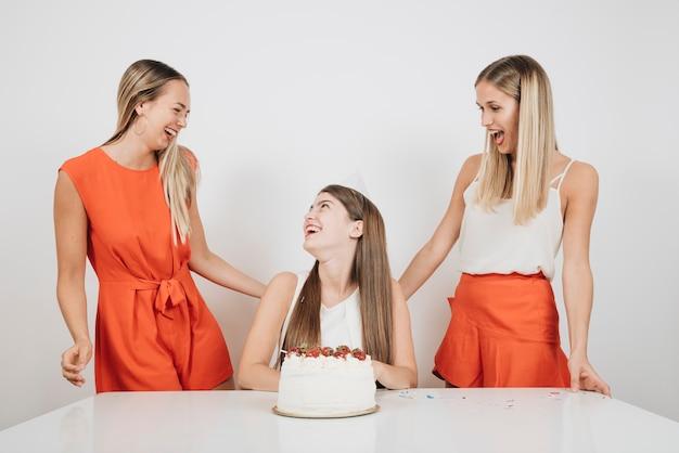 Mädchen, die geburtstag feiern