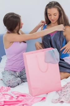 Mädchen, die ihre einkaufskäufe betrachten