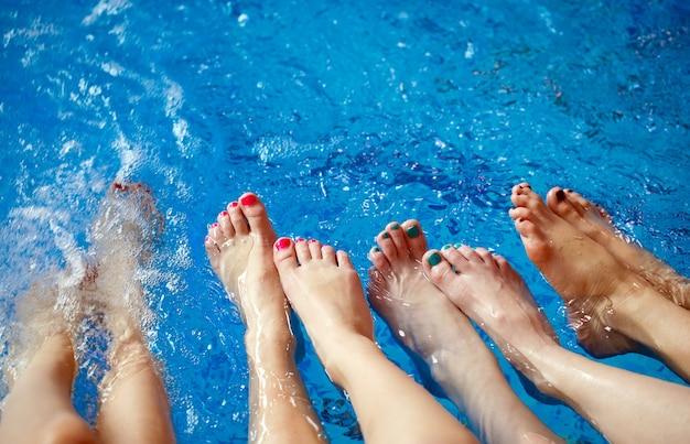 Mädchen, die im swimmingpool sich entspannen.