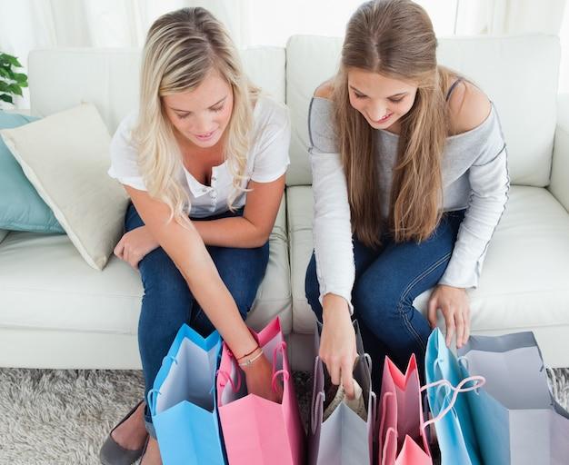 Mädchen, die in ihre einkäufe schauen