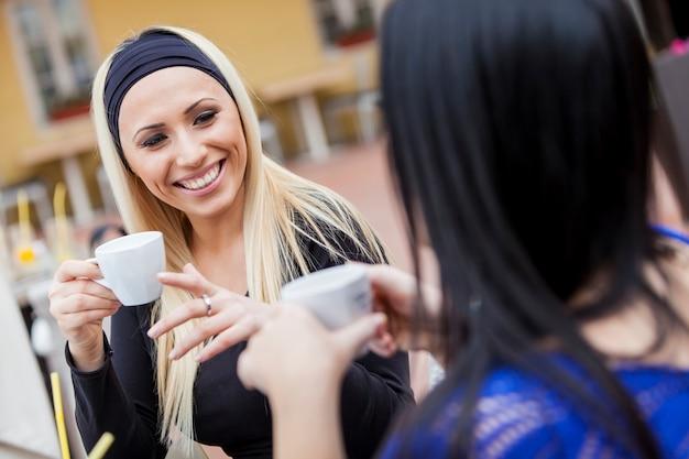 Mädchen, die kaffee im restaurant trinken
