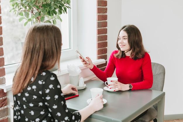 Mädchen, die kaffee in einem restaurant trinken