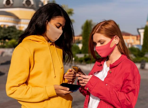 Mädchen, die medizinische masken tragen