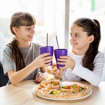 Mädchen, die pizza essen