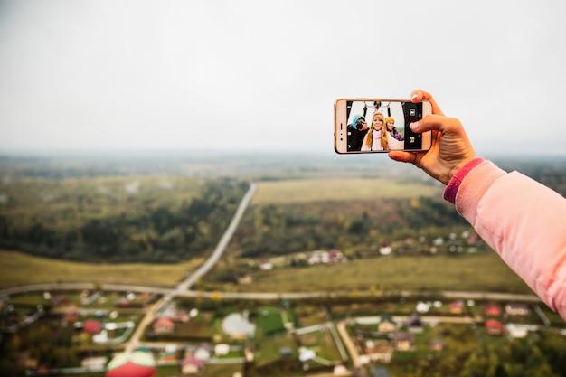Mädchen, die selfie am telefon tun