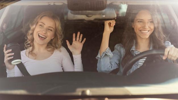 Mädchen, die spaß im auto haben