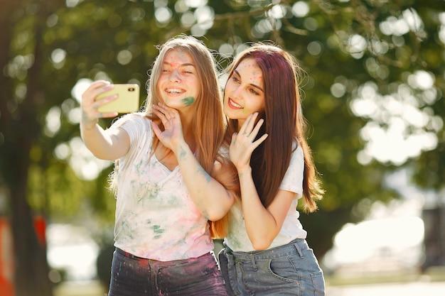 Mädchen, die spaß in einem park mit holi-farben haben