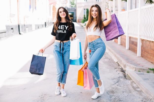 Mädchen, die spaß nach dem einkauf haben
